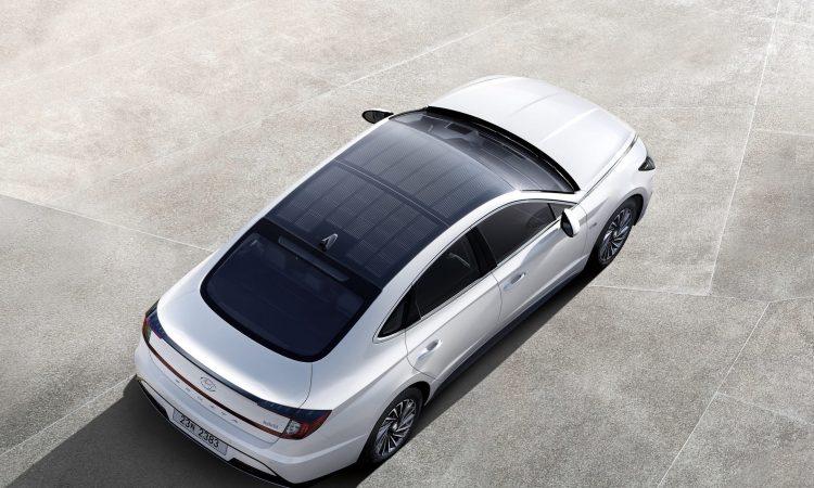 Samochód elektryczny z panelami słonecznymi
